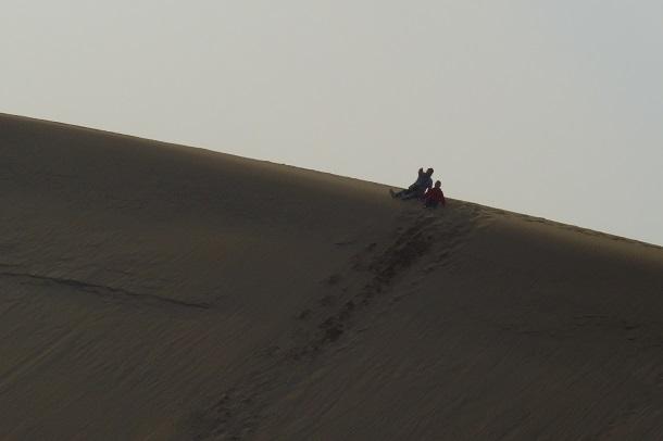 鳥取砂丘の馬の背に座っている親子の写真