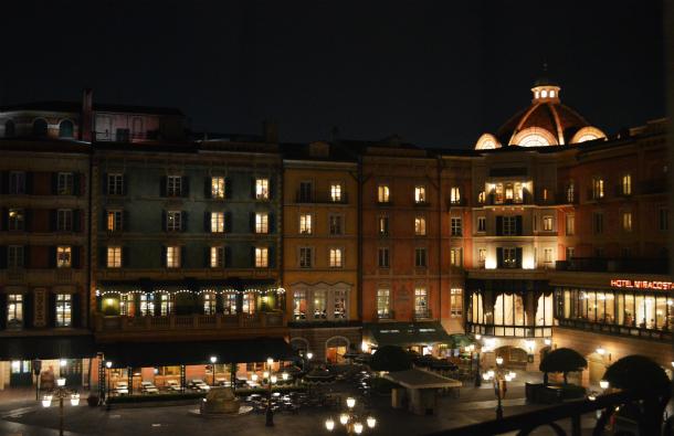 ミラコスタ ポルト・パラディーゾ・サイドスーペリアルーム ピアッツァグランドビューから見える夜景
