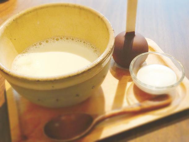 十条にあるおしゃれカフェ ボンヌカフェのホットスティックチョコレート