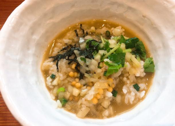 ご飯に中濃カニラーメンの残りスープをかけて食べるとこれが美味い