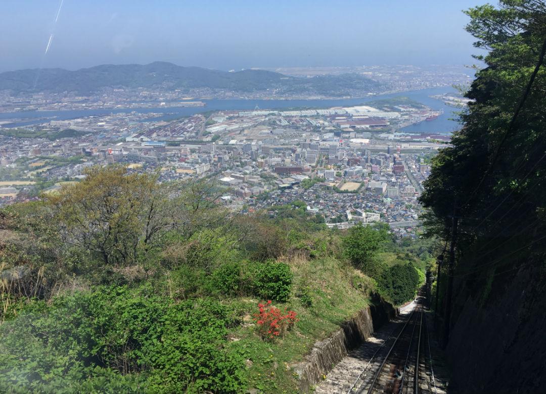 ケーブルカーから北九州の街並みを見下ろす