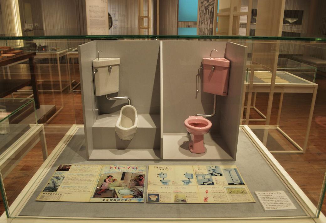 一昔前のトイレの様子がそのままミニチュアで再現されている