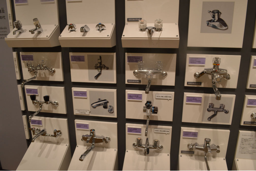 様々な蛇口のデザインが展示されている