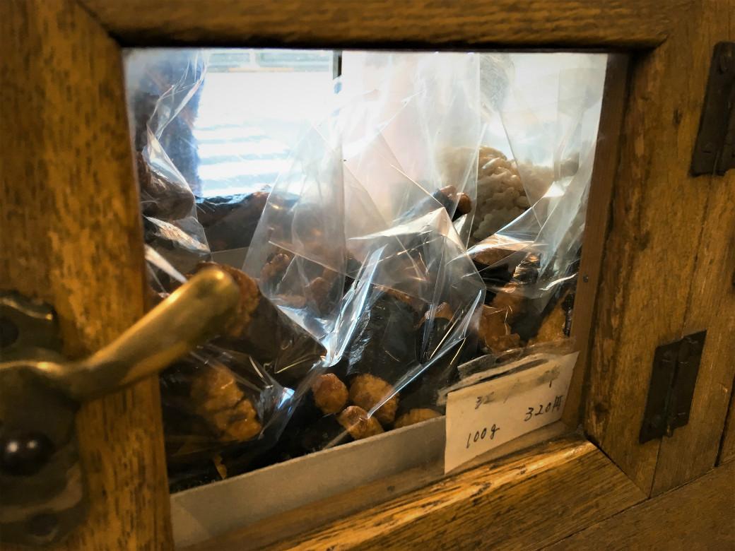 昭和レトロ感あふれる煎餅棚