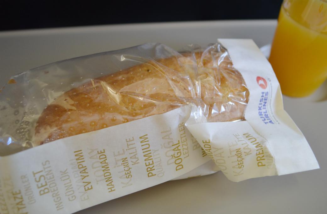 機内食トマトとチーズのホットサンド