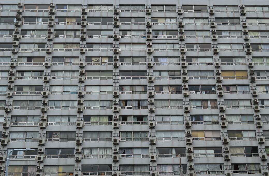 迫力満点の湯島ハイタウンの室外機は九龍城を思い起こさせる