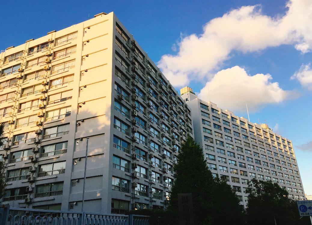 湯島ハイタウンB棟は四面すべて室外機が設置されている