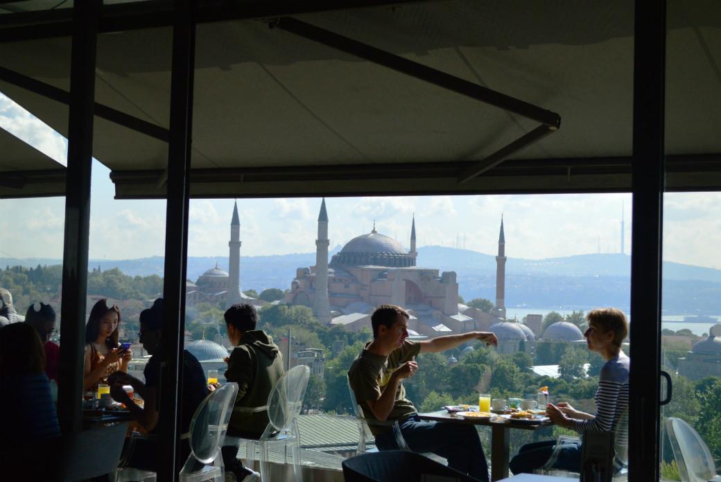 イスタンブールのおすすめホテル「ホテルアルカディアブルー」アヤソフィアとブルーモスクを一緒に見ることができるホテルのレストラン