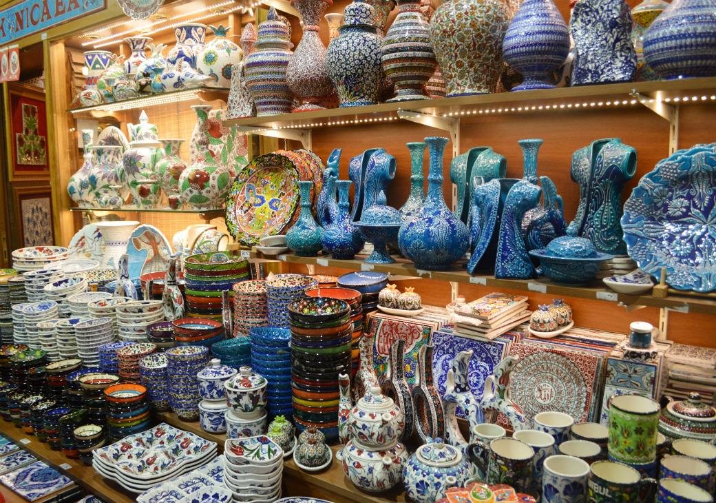 陶器やトルコ絨毯など土産品がたくさん