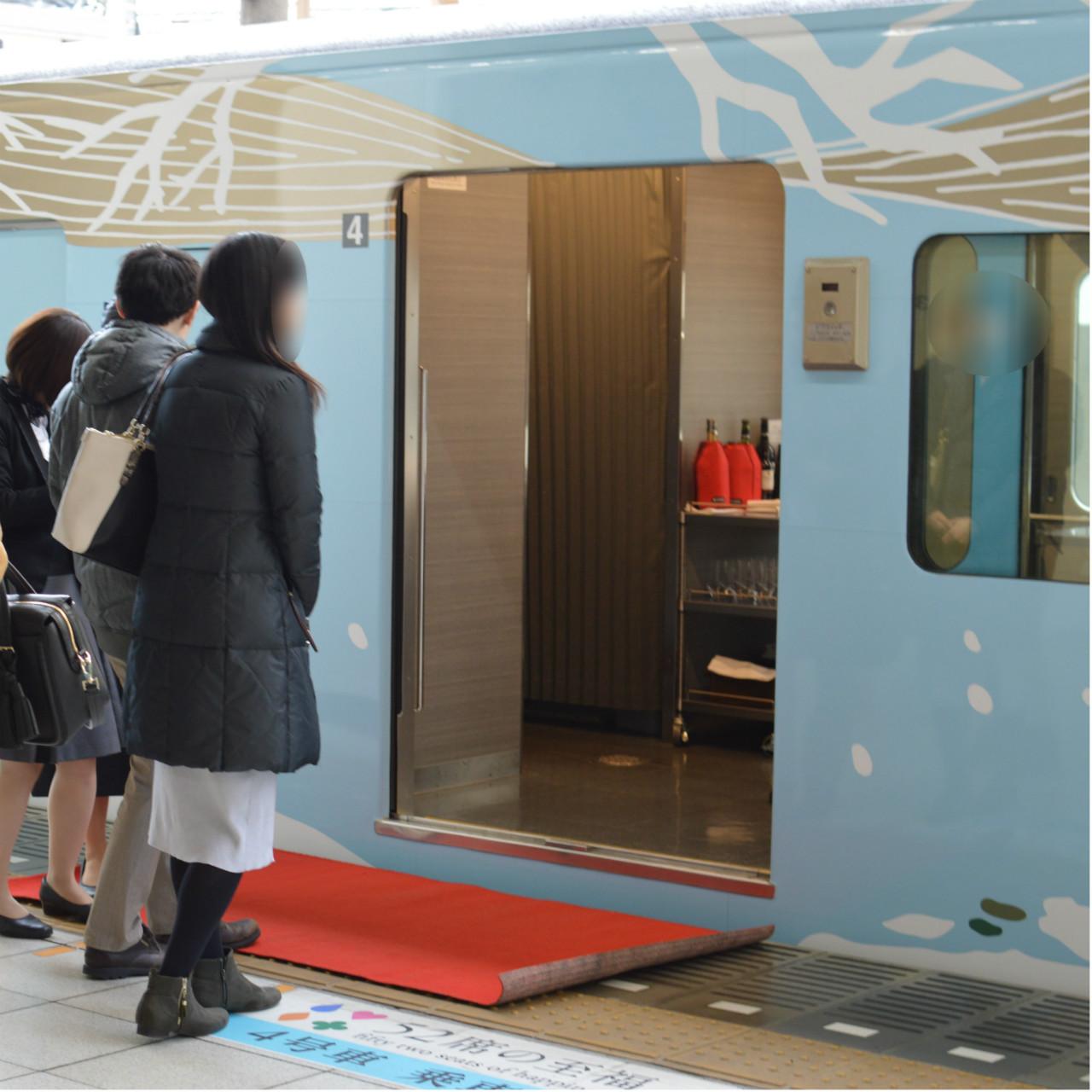 観光電車「西武52席の至福」はレッドカーペットを歩いて電車に乗ることができる