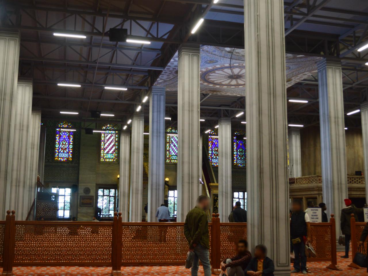 ブルーモスク改修工事中もお祈りをしている