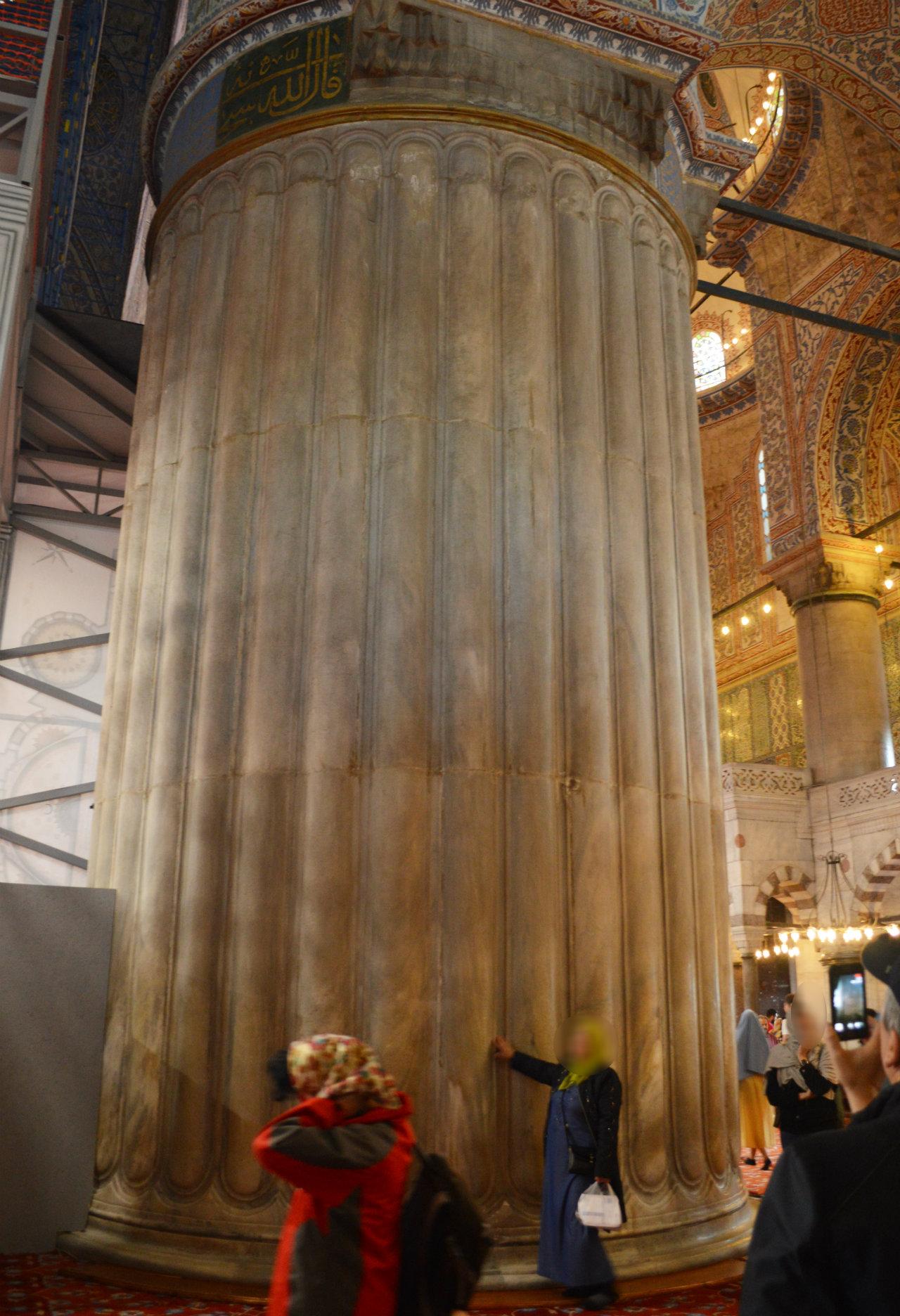スルタンアフメットジャーミィにはとても太い柱がある
