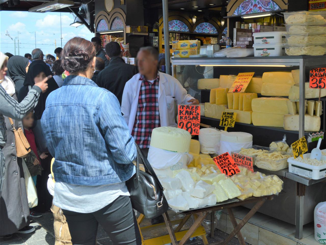 イスタンブールで見つけたチーズの量り売り