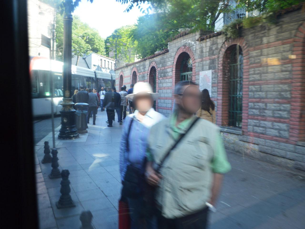 イスタンブールのトラムは歩道ギリギリを走る