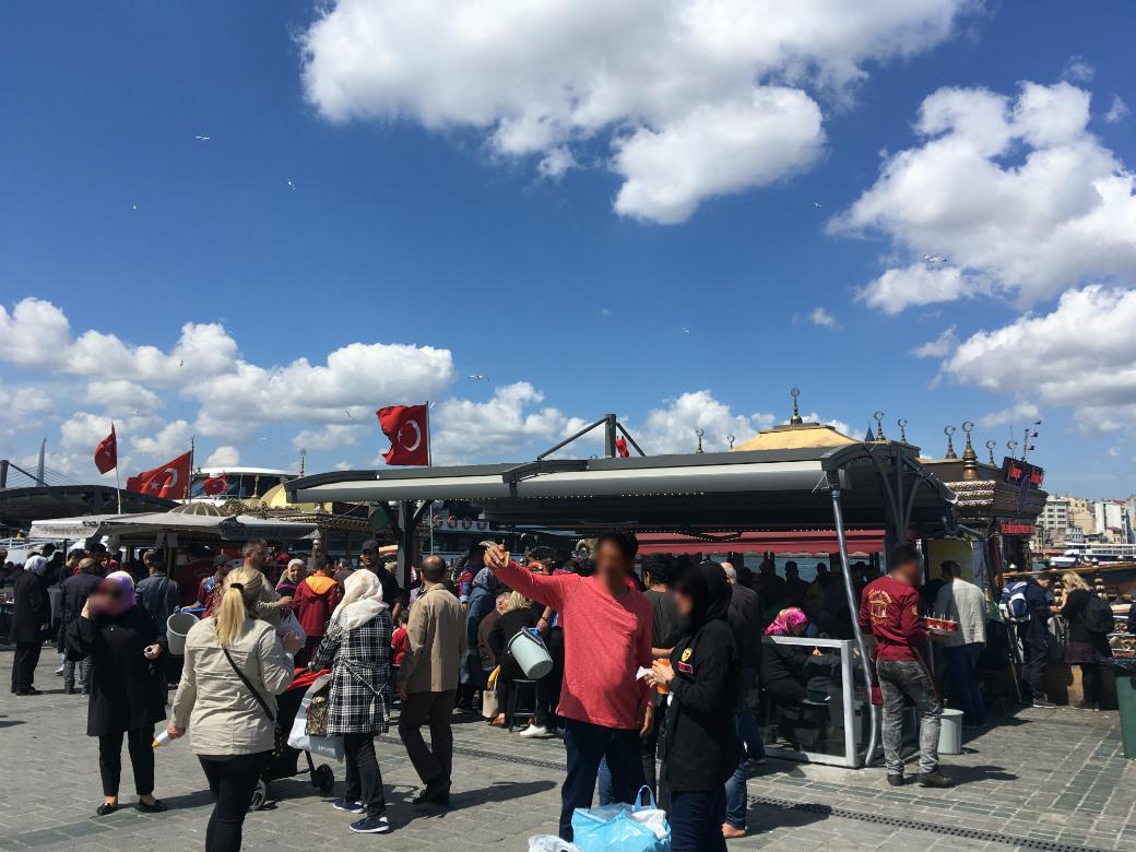 エミノニュ広場の黄金船は人気の観光スポットです