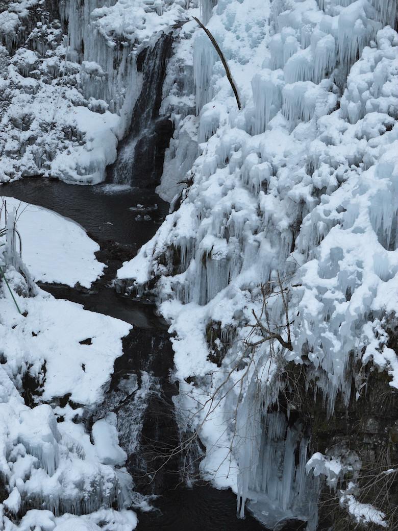 尾ノ内渓谷に流れる滝