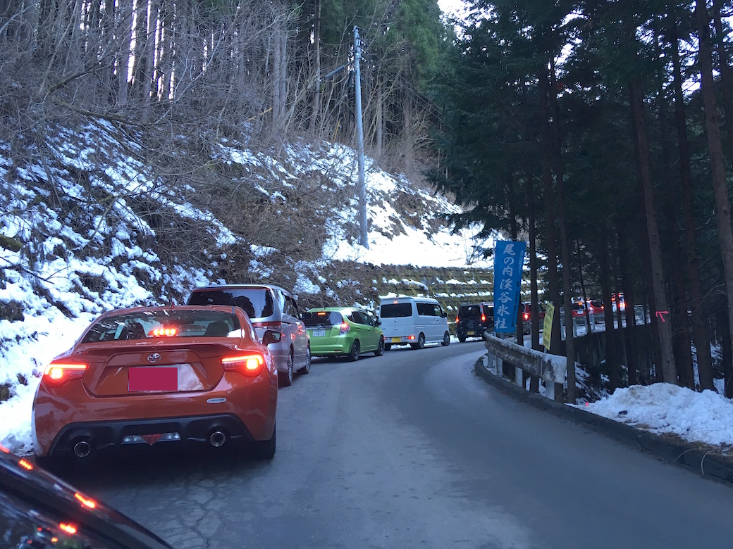 尾ノ内氷柱、駐車場の空き待ちで渋滞している様子