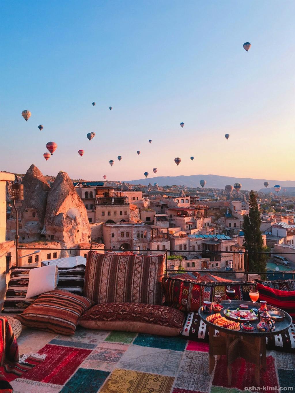 カッパドキアで宿泊したミスラケーブホテルから見た気球