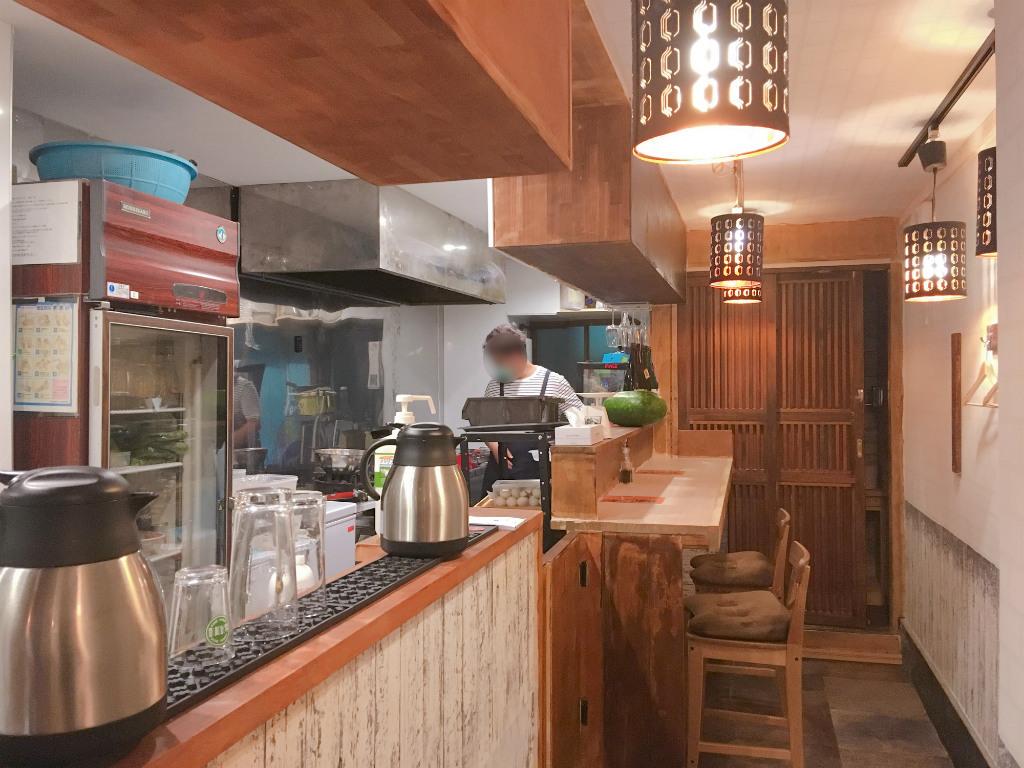 台湾風ビストロ「台湾CHA苑」の店内の様子。テーブル席のほかに奥にカウンター席もある