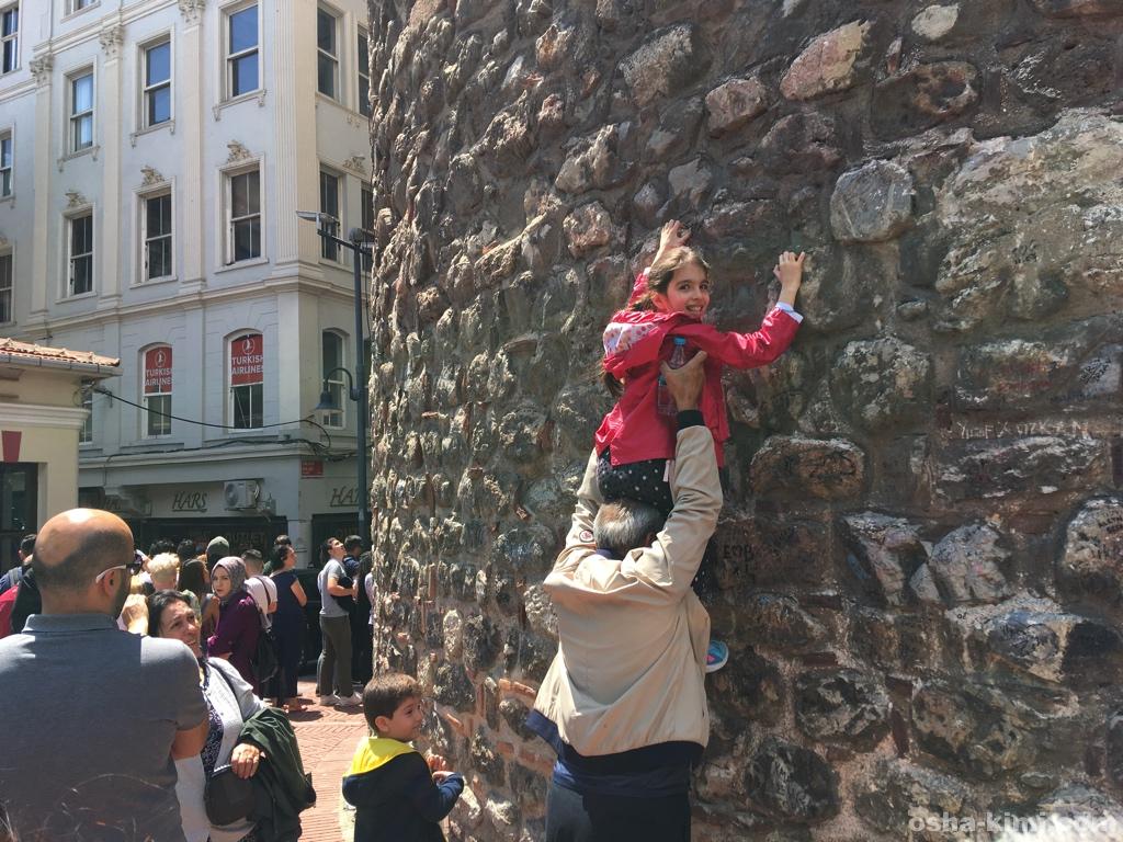 ガラタ塔の壁をのぼる少女