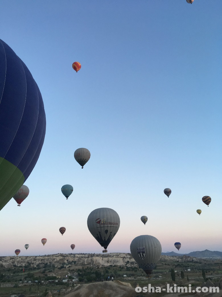 ゆっくりと登っていく気球