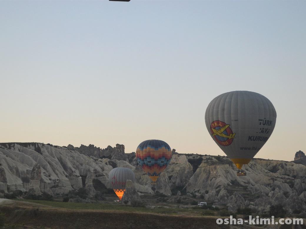 気球は小高い丘を越えていく