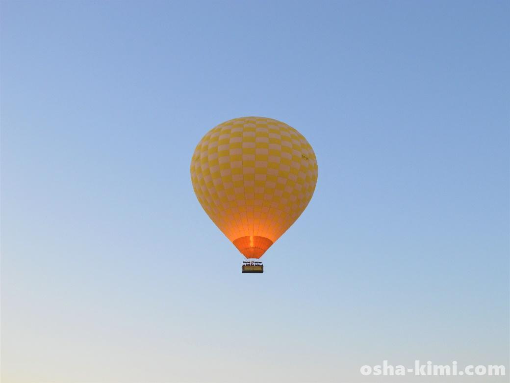 高く上がっていく気球