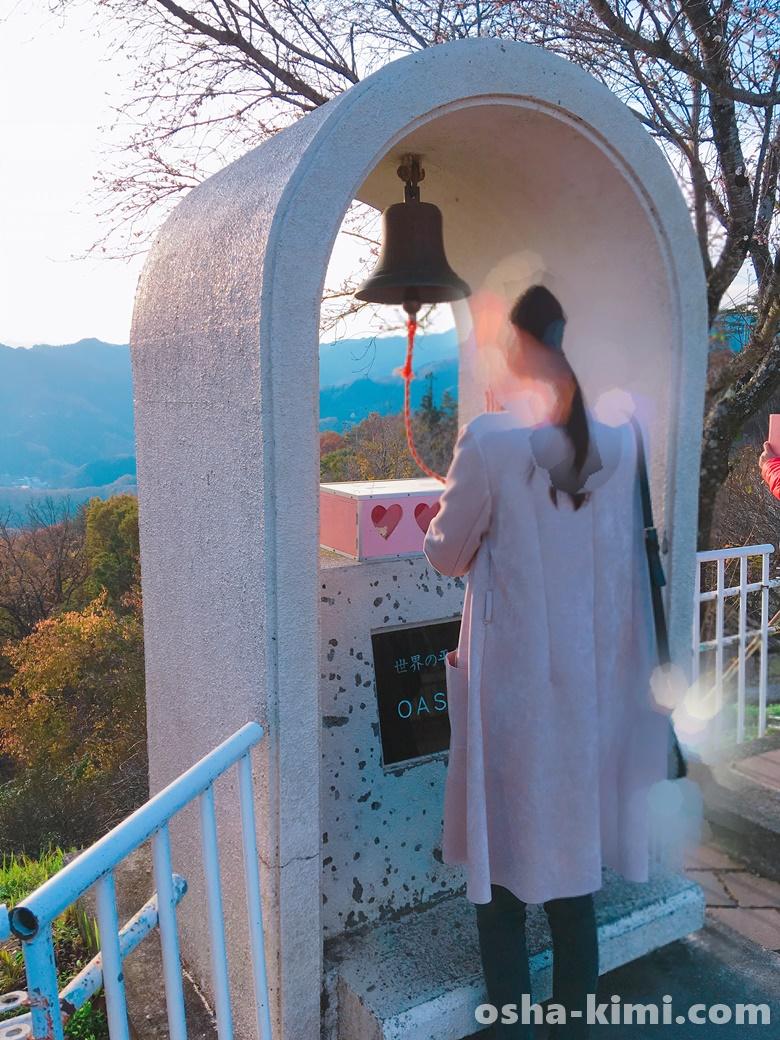 宝登山山頂にあるOASISの鐘に平和を祈る
