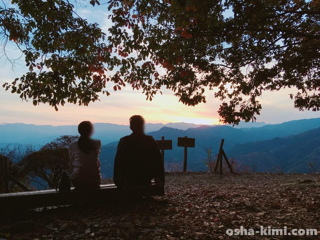 山頂で静かに夕日を見る