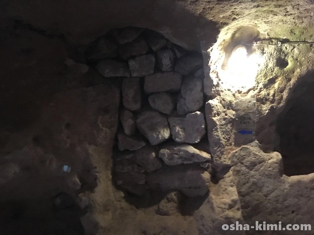 観光客が迷わないようにふさがれた穴