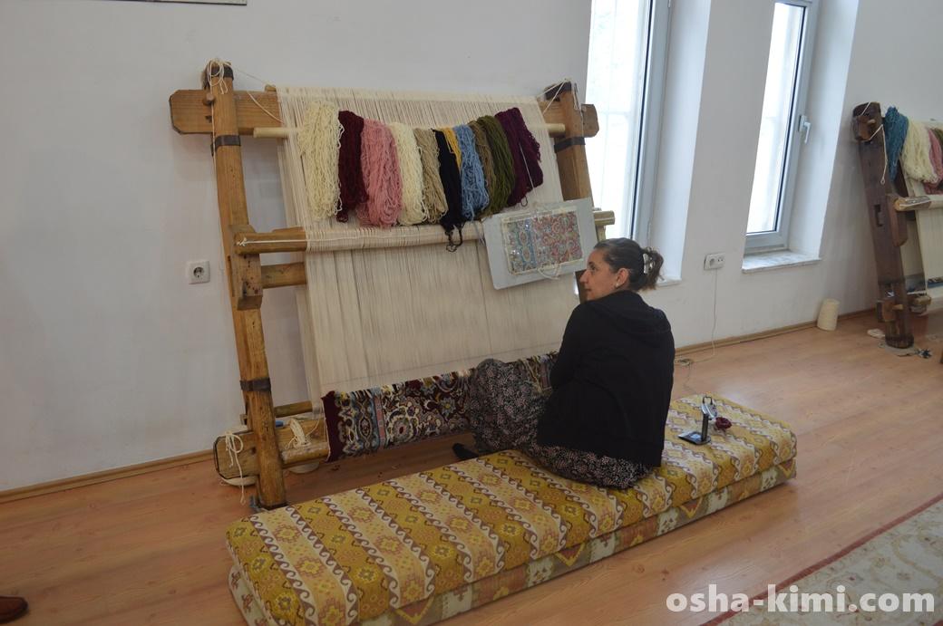 トルコ絨毯を編む様子