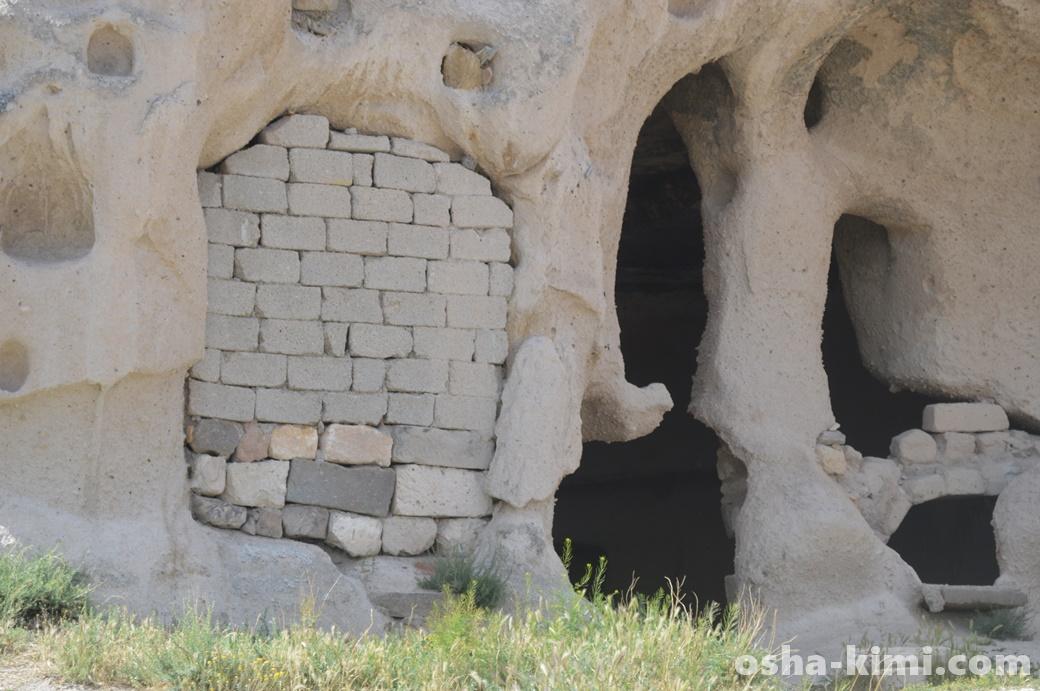 ゼルダの冒険に出てくる壊せる壁に似ている