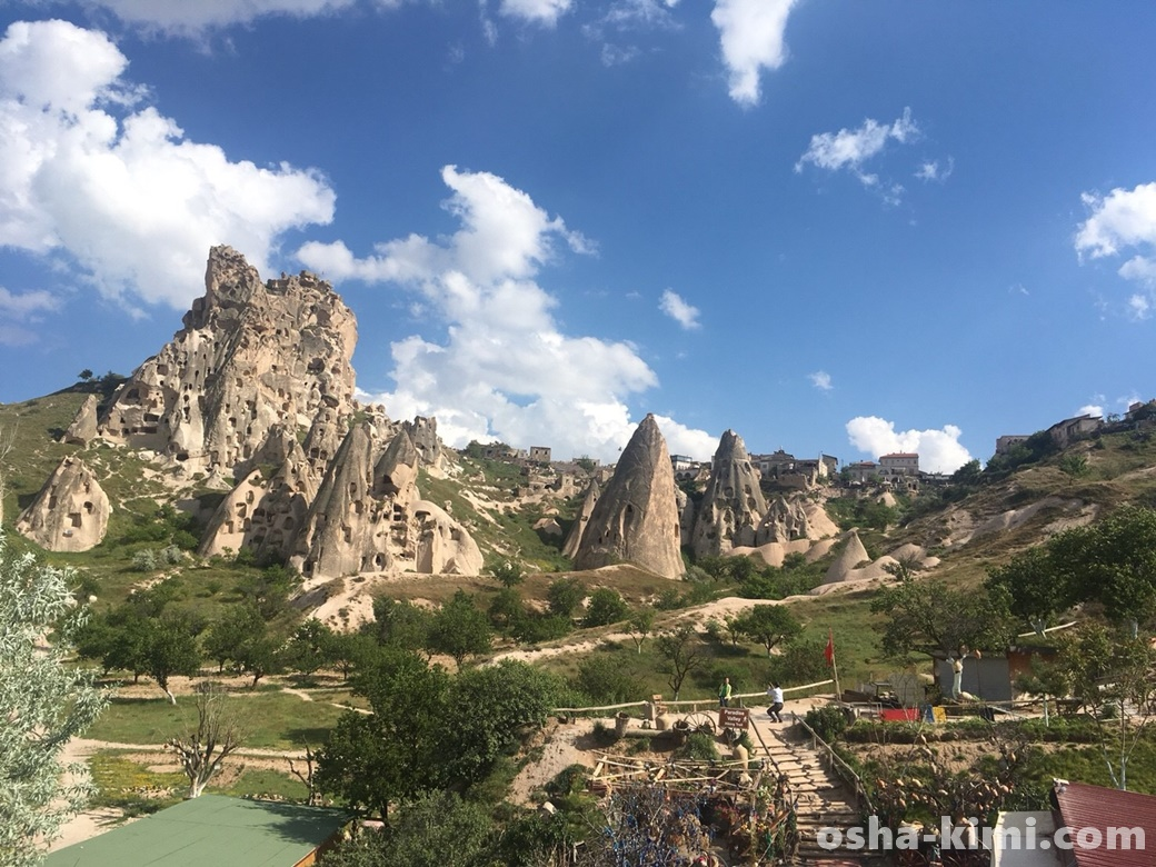 坂を下りウチヒサル城の撮影スポット