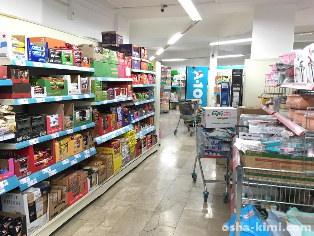 スーパーマーケットでお土産物色