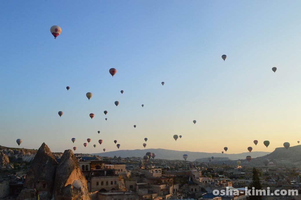 ギョレメの町の上を飛ぶ気球