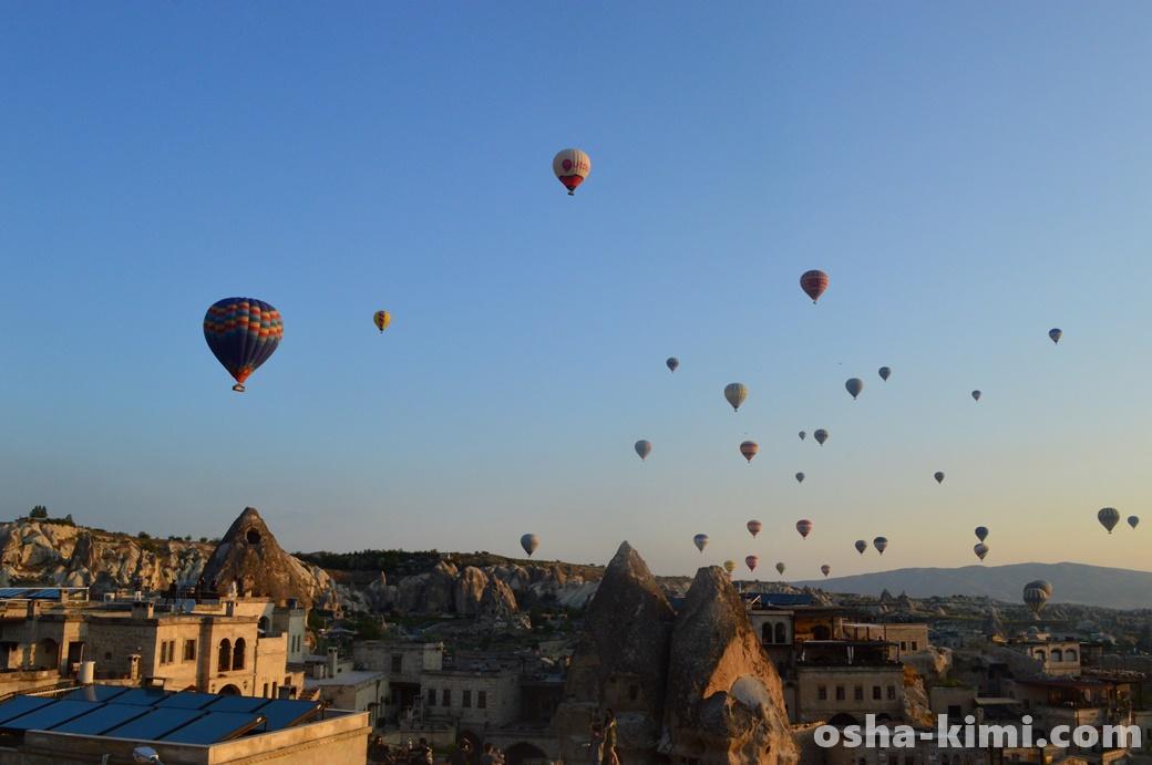 ギョレメの町から見える気球