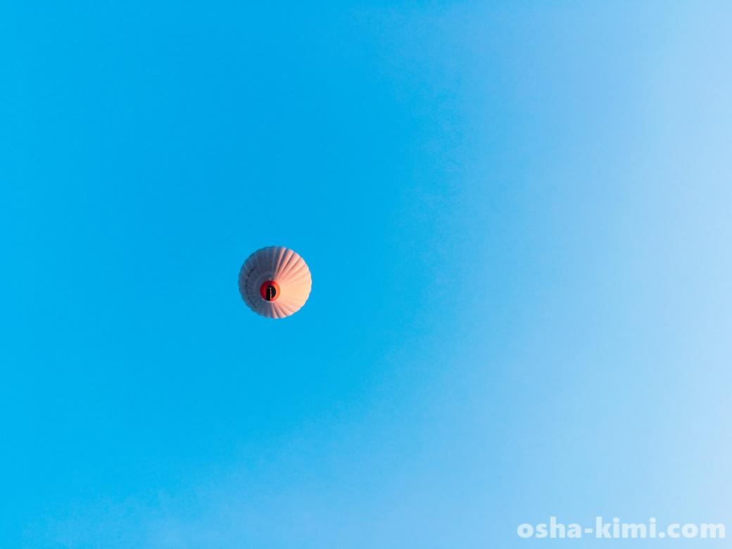頭の上を飛んでいく気球